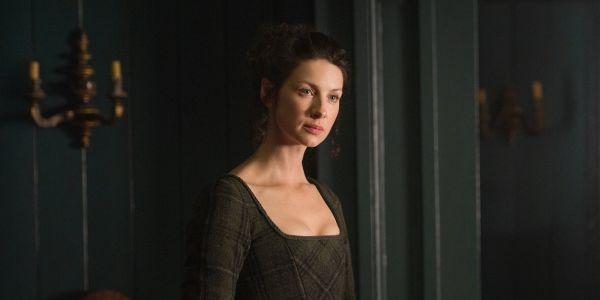 Outlander: 10 Claire Mannerisms From The Book Caitriona Balfe Nails
