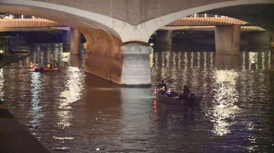 Rescue crews search Des Moines River Friday night
